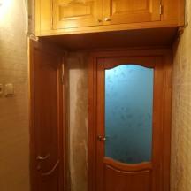 Антресоль с фасадом в стиле и цвете дверных полотен