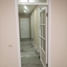 Белые двери со стеклянной фрамугой